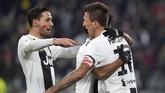 Mario Mandzukic mencetak gol kedua Juventus ke gawang SPAL. Ia juga ikut memakai lipstik di pipinya. (REUTERS/Massimo Pinca)