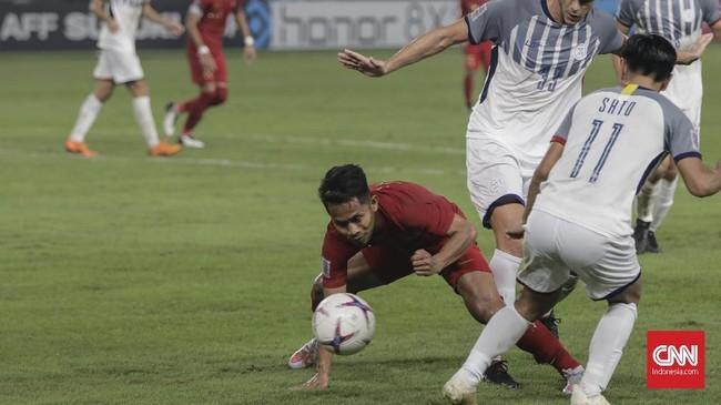 Andik Vermansah mendapat kawalan ketat dari para pemain Filipina sehingga tak leluasa bergerak menyisir daerah sayap untuk melepaskan umpan ke kotak penalti. (CNNIndonesia/Adhi Wicaksono)