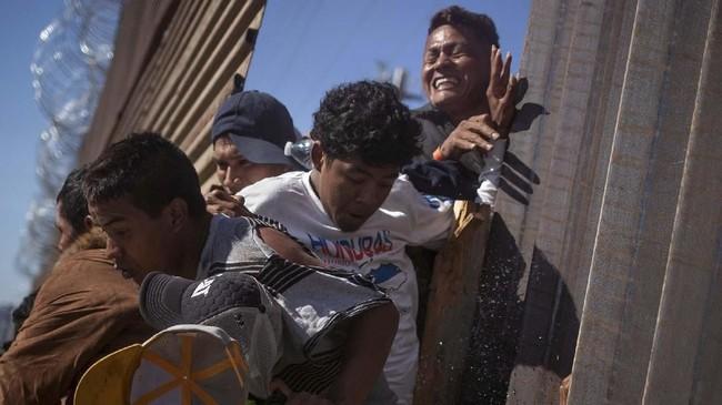 Ketika para imigran bertambah beringas karena perlakuan petugas saat mereka berdemonstrasi, penjaga di AS pun menutup perbatasan selama beberapa jam. (Reuters/Adrees Latif)