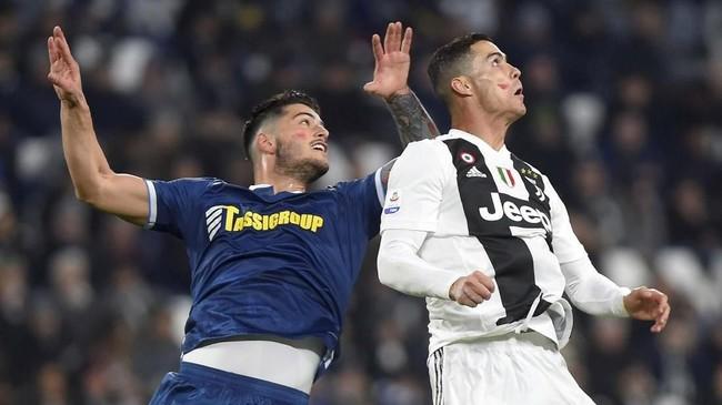 Cristiano Ronaldoduel udara dengan pemain SPALKevin Bonifazi. Kedua pemain sama-sama mencoret pipinya dengan lipstik. Coretan pipi dengan lipstik jadi simbol melawan kekerasan terhadap wanita. (REUTERS/Massimo Pinca)