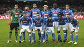 Para pemain Napoli juga menorehkan pipi mereka dengan lipstik merah jelang menghadapi Chievo Verona di Liga Italia Serie A, Minggu (25/11). Napoli ditahan imbang tanpa gol. (REUTERS/Ciro De Luca)