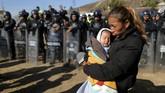 Seorang saksi mata mengatakan kepada Reuters bahwa suasana langsung kacau balau. Seorang gadis terlihat jatuh tak berdaya sementara dua bayi menangis meraung-raung. (Reuters/Lucy Nicholson)