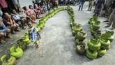 Ratusan warga mengantre untuk mendapatkan LPG 3 kg di halaman Kantor Kecamatan IB II Palembang. (ANTARA FOTO/Nova Wahyudi)