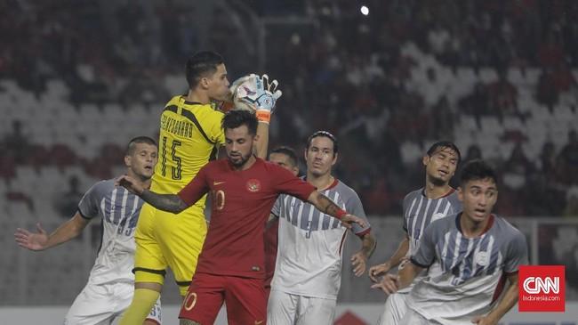 Stefano Lilipaly pun kesulitan mendobrak pertahanan timnas Filipina. Dalam laga ini Timnas Indonesia melepaskan empat tembakan, namun tidak ada yang mengarah ke gawang. (CNNIndonesia/Adhi Wicaksono)