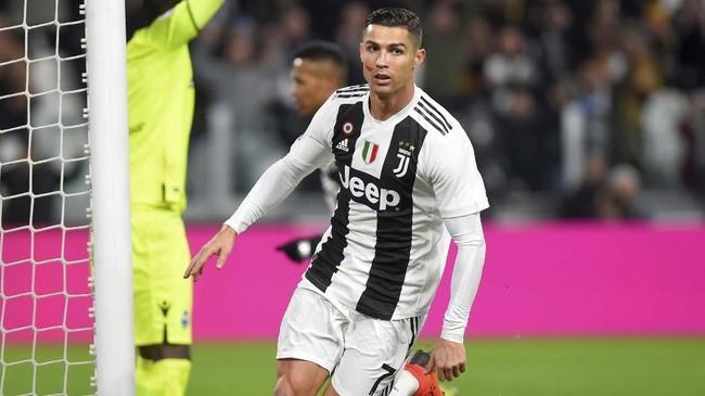 Cristiano Ronaldo mencetak satu dari dua gol kemenangan Juventus. Ronaldo pernah diduga terlibat kasus pemerkosaan terhadap wanita asal Amerika Serikat, Kathryn Mayorga, pada 2009. (REUTERS/Massimo Pinca)