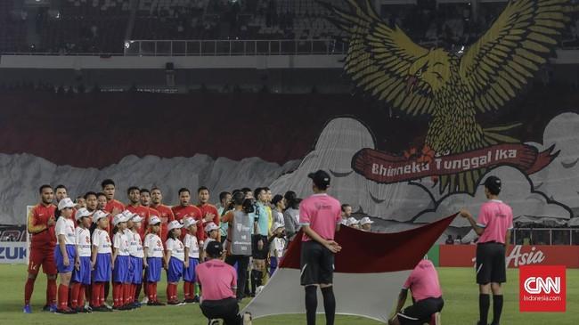 Suporter membentangkan tifo burung Garuda dan tulisan 'Bhinneka Tunggal Ika' serta bendera Merah Putih jelang pertandingan antara Timnas Indonesia vs Filipina di lanjutan fase grup Piala AFF 2018. (CNNIndonesia/Adhi Wicaksono)