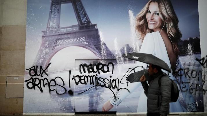 Penampakan Kerusakan Kota Paris Pascademo BBM