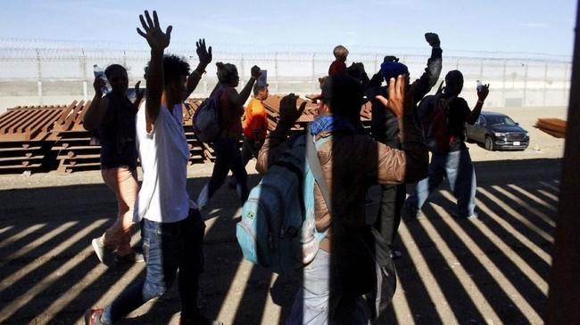 Kebanyakan dari mereka sudah siap dengan konsekuensi ini karena sejak gelombang imigran bergerak dari Amerika Tengah, Presiden Donald Trump sudah mengancam akan melakukan tindakan keras untuk membendung mereka. (Reuters/Jorge Duenes)