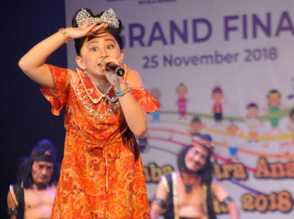 Mereka berkolaborasi dengan para finalis Lomba Suara Anak Indonesia.