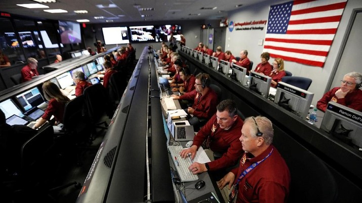 NASA engineers in the space flight operation facility at NASA's Jet Propulsion Laboratory (JPL) keep watch as the spaceship InSight, NASA's first robotic lander dedicated to studying the deep interior of Mars, prepares to land on the plant, from Pasadena, California, U.S. November 26, 2018.   Al Seib/Pool via REUTERS