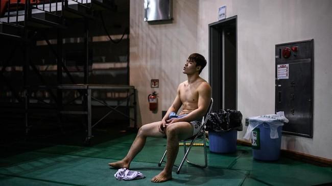 Pegulat ssireum Son Hyung-woo (24) beristirahat setelah bertanding di Korea Open Ssireum Festival di Andong. Ssireum adalah gulat tradisional Korea yang saat ini sedang dipertimbangkan untuk masuk program UNESCO. (Photo by Ed JONES / AFP)