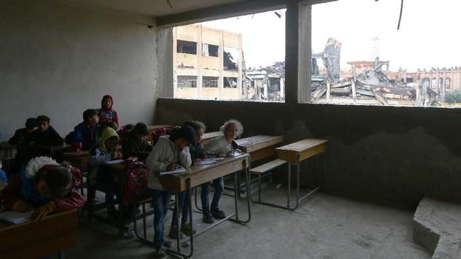 Anak-anak di Raqqa sangat membutuhkan bantuan buku-buku, guru, dan fasilitas penunjang pendidikan lainnya. (REUTERS/Aboud Hamam)