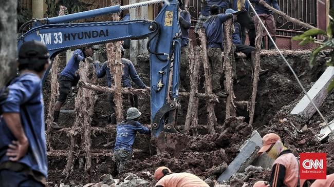 Dari hasil tinjauannya, Gubernur DKI Anies Baswedan menyatakan di bawah lokasi longsor terdapat saluran tanpa tempat keluarnya air. Walhasil, diduga air menggerus struktur tanah di lokasi itu sehingga muncul rongga di bawah jalan kompleks. (CNN Indonesia/Andry Novelino)