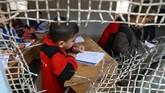 Warga sipil Raqqa dilibatkan untuk membantu memulihkan kembali sejumlah gedung sekolah, untuk menampung 45 ribu anak-anak yang ingin kembali belajar. (REUTERS/Aboud Hamam)