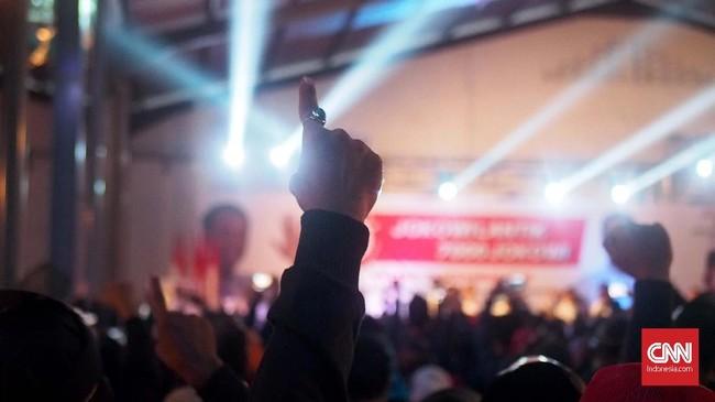 Kepada ribuan relawan yang menggunakan topeng wajah Jokowi, Presiden petahana RI Jokowi lantas melantik dan memberi mandat untuk mendukung dirinya dan Ma'ruf untuk memenangi Pilpres 2019 yang hari pencoblosannya digelar pada 17 April 2019. (CNN Indonesia/ Harvey Darian)