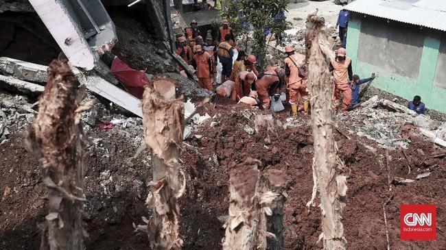 Peristiwa tanah longsor terjadi di Jalan Pesona Kalisari, Pasar Rebo, Jakarta Timur pada Senin (26/11). Gubernur DKI Jakarta Anies Baswedan mengatakan tidak ada korban jiwa dalam peristiwa tersebut. Kendati demikian, satu rumah rusak akibat longsor itu. (CNN Indonesia/Andry Novelino)