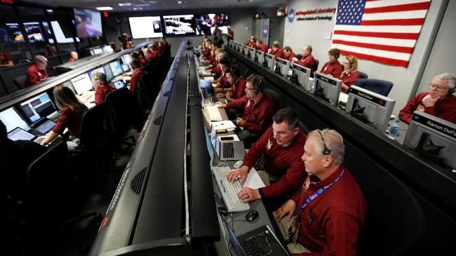 Para insinyur NASA berada dalam fasilitas operasi penerbangan ruang angkasa di Jet Propulsion Laboratory (JPL) sedang menantikan pendaratan Insight di Mars. (Al Seib/REUTERS)