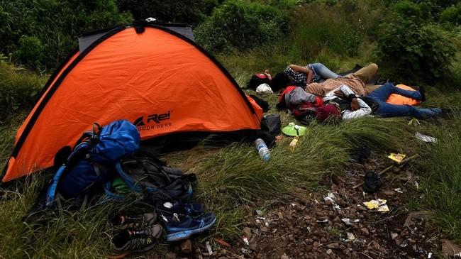 Disarankan untuk membawa air secukupnya karena selama pendakian akan sulit menemukan mata air.