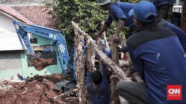 Selain penanggulangan pascalongsor, Gubernur DKI Anies Baswedan menyatakan akan mengaudit seluruh bangunan di lokasi sekitar. Jika ada pelanggaran, katanya, tak menutup kemungkinan dilakukan pembongkaran bangunan. (CNN Indonesia/Andry Novelino)