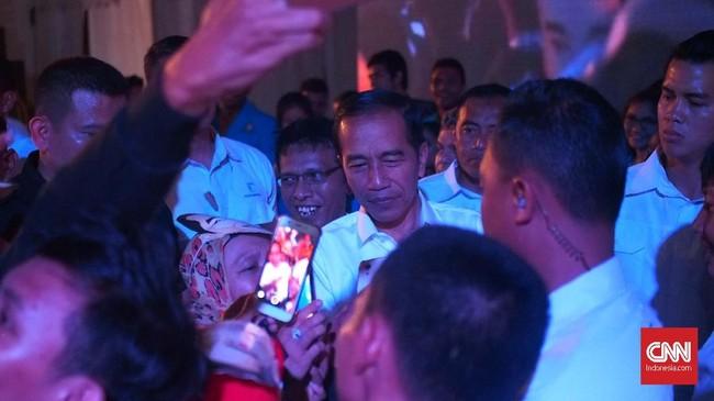 Jokowi tiba dikawasan pergudangan Olympic sekitar pukul 16.30 WIB untuk melantik ribuan relawan sebagai bagian dari tim kemenangan.(CNN Indonesia/ Harvey Darian)