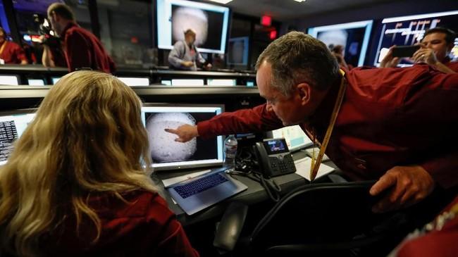 Beberapa menit kemudian, pengendali JPL menerima foto 'selfie' kabur dari lingkungan baru penyelidikan di Planet Merah. (Al Seib/REUTERS)