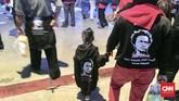 Beberapa dari para relawan itu terlihat ada pula yang membawa anak mereka. Tak ketinggalan seperti orang dewasa, mereka pun diberikan atribut. (CNNIndonesia/Joko Panji Sasongko)