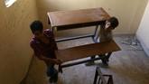 Anak-anak di Raqqa bahu membahu mencari perlengkapan belajar dan kelas, karena kebanyakan sekolah hancur lebur karena perang. (REUTERS/Aboud Hamam)