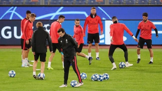 Santiago Solari memimpin latihan Real Madrid di Stadion Olimpico jelang pertandingan menghadapi AS Roma pada lanjutan Liga Champions 2018/2019. (REUTERS/Tony Gentile)