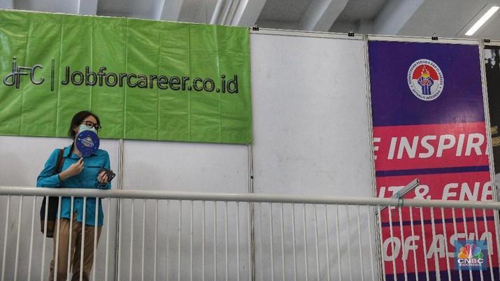 Pencari kerja memadati gelaran Job For Career Festival 2018 di area Stadion Gelora Bung Karno, Jakarta, Selasa (27/11). Angka pengangguran pada Agustus 2018 tercatat 7 juta orang, menurun 40 ribu orang dibanding Agustus 2017 lalu. (CNBC Indonesia/Andrean Kristianto)