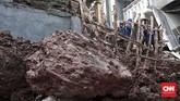 Tidak ada korban jiwa dalam peristiwa longsor, namun sebuah rumah dan kendaraan bermotor rusak akibat terbawa tanah yang tergelincir.(CNN Indonesia/Andry Novelino)