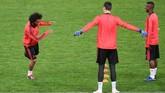 Marcelo tampak berbincang dengan Thibaut Courtois dan Vinicius Junior dalam sesi latihan resmi jelang laga kelima Madrid di Liga Champions musim ini. (REUTERS/Tony Gentile)