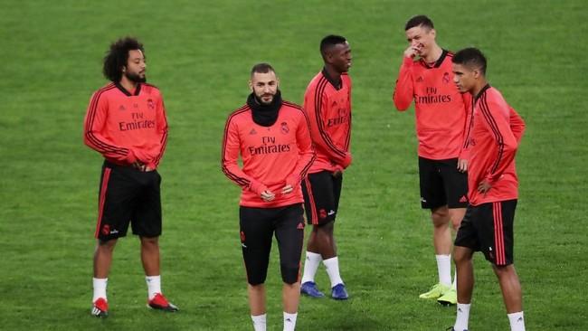 Para pemain Real Madrid terlihat masih bisa menyunggingkan senyum kendati baru mengalami kekalahan telak dari Eibar dalam kompetisi La Liga, Sabtu (24/11). (REUTERS/Tony Gentile)