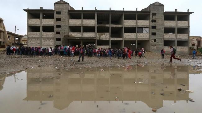 Tekad anak-anak Raqqa bangkit dari peperangan untuk menimba ilmu masih membara. (REUTERS/Aboud Hamam)