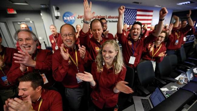 Seluruh awak NASA meluapkan kegembiraannya. Misi pesawat antariksa robotik ini menjadi yang pertama berhasil mendarat untuk mempelajari inti Mars. (Al Seib/REUTERS)