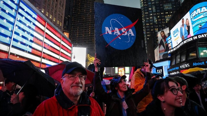 People watch on a video screen as the spaceship InSight, NASA's first robotic lander dedicated to studying the deep interior of Mars, lands on the planet's surface after a six-month journey, in Times Square in New York City, U.S., November 26, 2018. REUTERS/Brendan McDermid