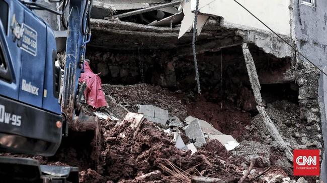 Pemilik rumah yang rusak,Syarifudin, mengatakan setelah melihat ada rongga di bawah aspal jalan yang terlihat berluang, warga RT tersebut bermaksud menimbun dan memperbaikinya awal pekan ini. Namun, belum sempat niat itu dilaksanakan akibat hujan deras, telah terjadi longsor.(CNN Indonesia/Andry Novelino)