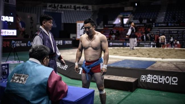 Sementara Korea Selatan menghabiskan $1 juta atau setara Rp14 miliar untuk melestarikan olahraga tradisional ini, lantaran peminatnya yang semakin berkurang. (Photo by Ed JONES / AFP)