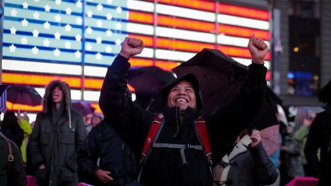 Orang-orangmengekspresikan kebahagiannyaketika mereka menonton pendaratan Insight di Times Square di New York City.(REUTERS/Brendan McDermid)