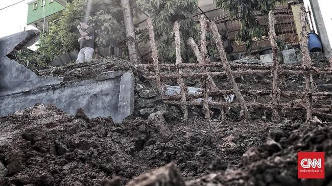 Gubernur DKI Jakarta Anies Baswedan yang meninjau ke lokasi kejadian longsor langsung mempertanyakan IMB dari pemilik bangunan di permukiman tersebut. Hasilnya, tak ada IMB. Selain itu, kawasan tersebut pun masuk jalur hijau yang tak boleh ada bangunan. (CNN Indonesia/Andry Novelino)