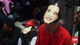 Bukan hanya atribut seperti seragam atau pun bendera, para relawan itu pun diberikan topeng bergambar wajah Jokowi untuk mereka pakai. (CNN Indonesia/ Harvey Darian)