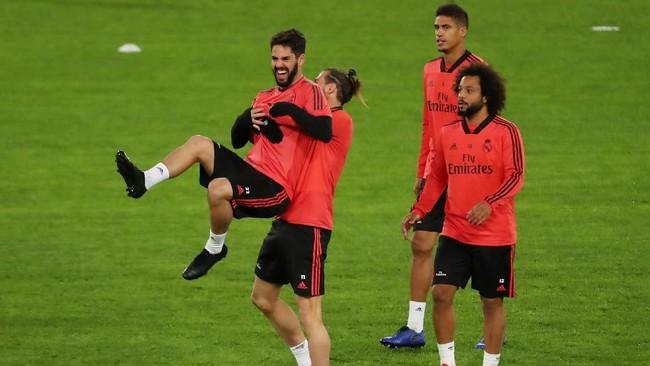 Suasana latihan Madrid juga tampak santai dengan canda dan gurauan yang terjadi di antara para pemain seperti yang ditampilkan Gareth Bale dan Isco. (REUTERS/Tony Gentile)