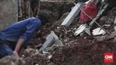 Untuk penanganannya, Gubernur DKI Anies Baswedan telah menginstruksikan Dinas Marga memperbaiki tanggul yang longsor. Pengerjaannya diperkirakan memakan waktu selama satu bulan. Dan, setelah itu akan ada pengecekan kekuatan tanggul di sekitarnya.(CNN Indonesia/Andry Novelino)
