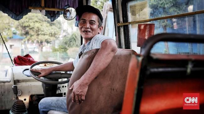 Adi Muktar, 59 Tahun, menjadi supir Metromini sejak 1980. Saat itu ongkosnya masih Rp150, namun masih mencukupikebutuhan hidup. Kini, penghasilan per hari tak bisa diprediksi. Kadang, uang yang dibawa pulang hanya Rp24 ribu setelah dibagi-bagi. (CNN Indonesia/Andry Novellino)