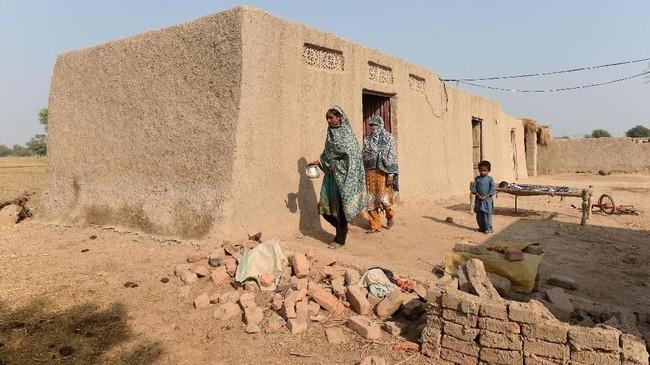 Ayeesha Siddiqua, salah satu anak Pakistan merasakannya. Dia bertengkar dengan sepupunya berebut toilet. (ARIF ALI / AFP)