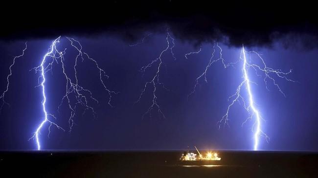 Petir menyambar laut Mediterania saat terjadinya hujan badai di dekat kota Ashkelon, Israel. (REUTERS/Amir Cohen)
