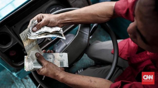 Banyak penumpang Metromini yang beralih transportasi ke ojek online dan TransJakarta membuat penghasilan sopirbus berwarna merah-biru itu turun drastis. (CNN Indonesia/Safir Makki)