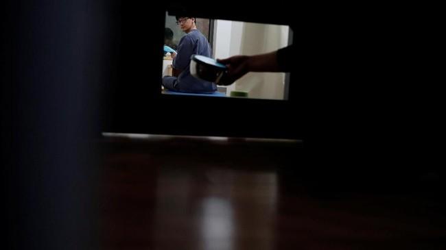 Tamu diminta mengenakan seragam penjara berwarna biru. Mereka diberi alas tidur berupa karpet yoga, set minum teh, pena dan buku catatan.