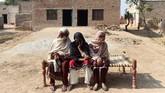 Namun sudah satu setengah bulan terakhir, Bibi tak perlu lagi menunggu toilet. Sebuah toilet baru dibuat di depan rumahnya. (ARIF ALI / AFP)