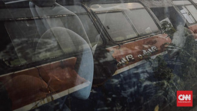 Sejak penertiban digencarkan, pemerintah telah menyetop izin operasi Metromini sebanyak 1.603 dari 3.101 unit. Kebijakan itu sempat mendapat perlawanan dari Forum Komunikasi Pemilik Metromini. (CNN Indonesia/Adhi Wicaksono)