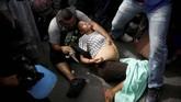 Seorang migran yang sedang hamil besar, menjadi lemah ketika polisi menahan rombongan mereka lantaran memasuki Meksiko secara ilegal. (REUTERS/Alkis Konstantinidis)